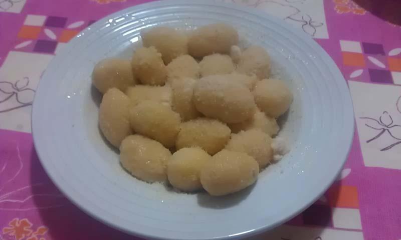 Gnocchi ripieni di formaggio con burro e salvia