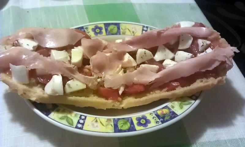 Bruschetta al pomodoro mozzarella e prosciutto cotto