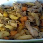 Pollo con patate peperoni e carote