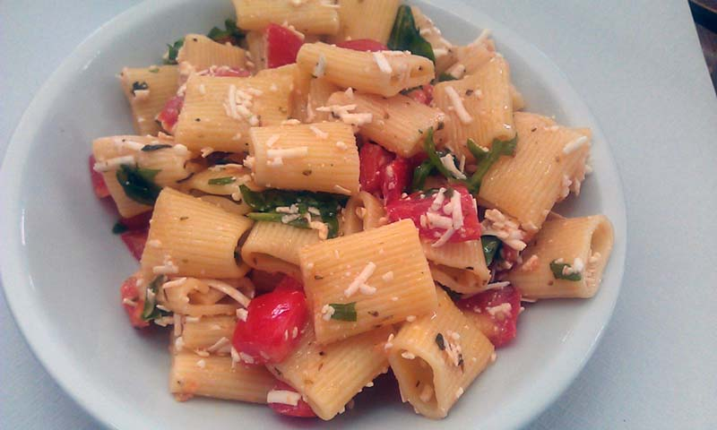 Rigatoni con pomodorini mozzarella e rucola