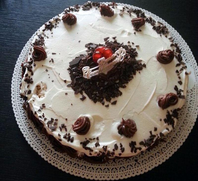 Torta alla crema di cioccolato ricoperta di panna