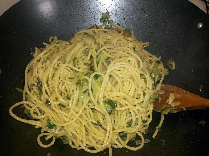 Vermicelli saltati con zucchine e mozzarella
