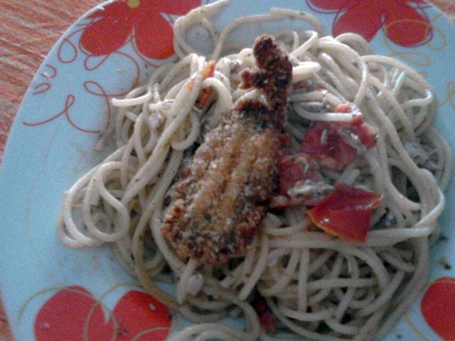 Spaghetti con alici fritte e pomodorini
