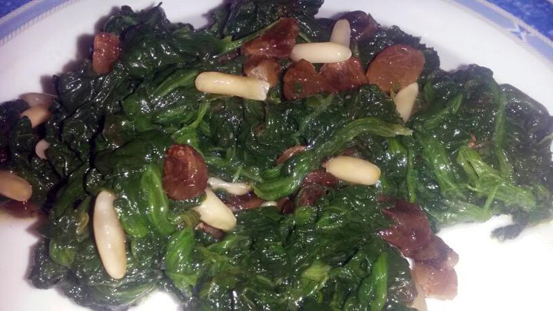 Spinaci con pinoli e uva passa